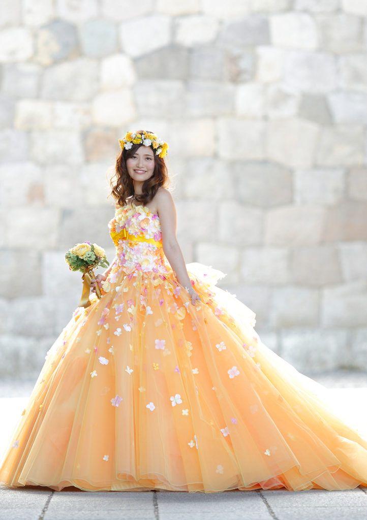 YP-11259(OR) - 桂由美 カラードレス - 人気の桂由美の花シリーズです。今回はスプリングオレンジとイエローの陰影感がキュートなボリューミーなドレスです。 胸元の小花とリボンの可憐さが花嫁をより可愛らしい印象に仕上げてくれます。 薄いピンクやグリーンのブーケで春らしいコーデも楽しめたり、アンティークなブラウンや濃厚なピンクなら秋らしいコーデも! 季節感