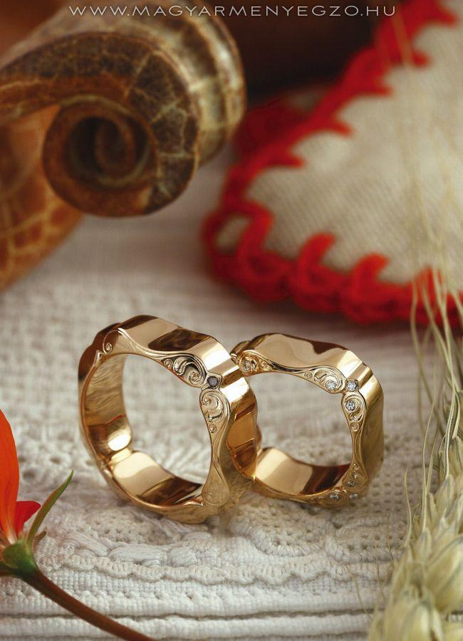 Cifrapalota No.2 - karikagyűrű - wedding ring - Rozé arany karikagyűrűk kézi véséssel és apró gyémántokkal. www.magyarmenyegzo.hu