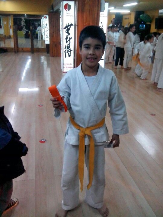 Mateo rindiendo su cinturon naranja