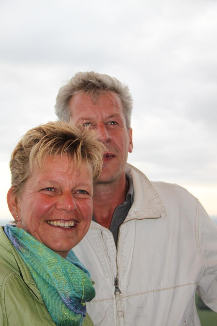 Dit ben ik tijdens een ballonvaart met mijn partner Jan over regio Salland naar mijn geboortegrond Lochem. Dit was tijdens een praktijkuitje in 2011.