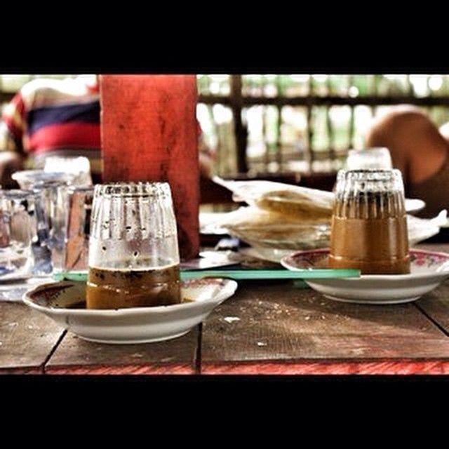 regram @nona_u2n Menikmati kopi di Pantai Suak Ribee, Meulaboh.  Sejak dulu, masyarakat meulaboh memang sudah meminum kopi dengan cara gelas dibalik, karena jenis kopi di sini berbeda dengan kopi dari daerah lain, di sini kopinya tidak mau larut dalam air, sehingga kita harus membalik gelasnya.  #iphonesia #kamerahpgw #iphoneonly #tengokaceh #discoveraceh #wisataaceh #kulineraceh #ig_aceh #acehstyle #vscoaceh #insta_aceh #livefolkaceh #Qualitytime #aceh #jalan2man #latepost #indonesiarepost