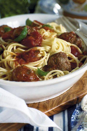 Spaghetti med kødboller i tomat-basilikum-sauce