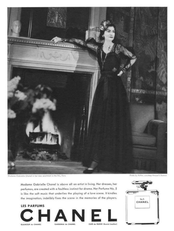 Pubblicità di Chanel N5 apparsa anche Hapers' Bazaar nel 1937. Per la prima volta a promuovere il profumo fu propio Gabrielle Chanel