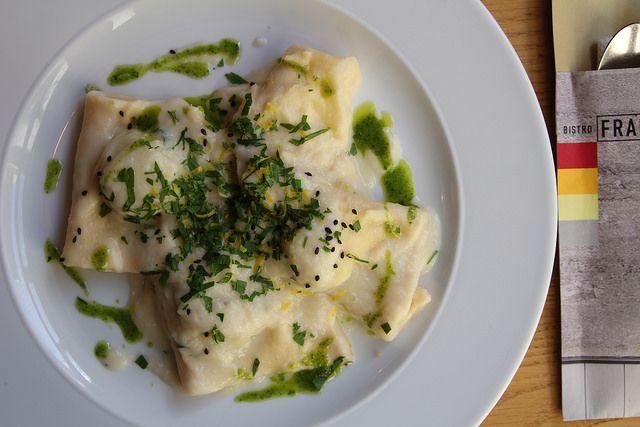 Domácí #ravioly plněné bramborami a mátou, krém z kozího sýra, majoránka // www.bistrofranz.cz