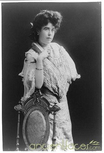 Molly Brown - militante, elle voyage beaucoup, est actrice de théâtre.  Sauvée à bord du canot no 6, dans lequel elle déplore le comportement du quartier-maître Robert Hichens, elle participe ensuite à la création du Comité des Survivants. Partie retrouver sa fille étudiante en Europe, c'est sa rencontre avec les Astor en Egypte qui lui donnera le gout d'embarquer sur le Titanic, malgré les mises en garde d'un voyant : elle achètera un talisman en jade.
