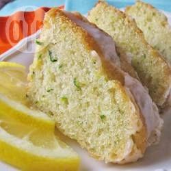Zucchini-Zitronen Blechkuchen -  Dieser saftige Blechkuchen mit Zitrone, Zucchini und Walnüssen ist eine super Verwendung für Zucchini aus dem Garten. @ de.allrecipes.com
