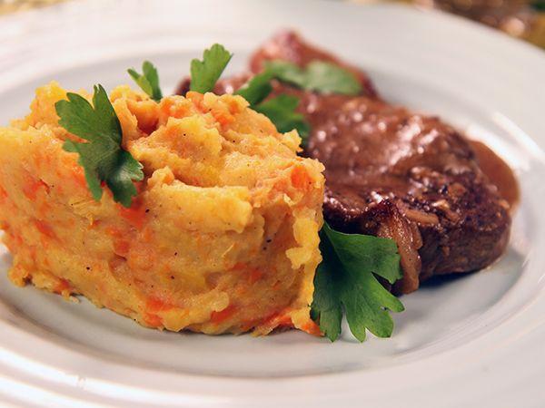 Klassisk husman med fläskkotlett, sky med senap och rotmos på kålrot, morot och potatis.