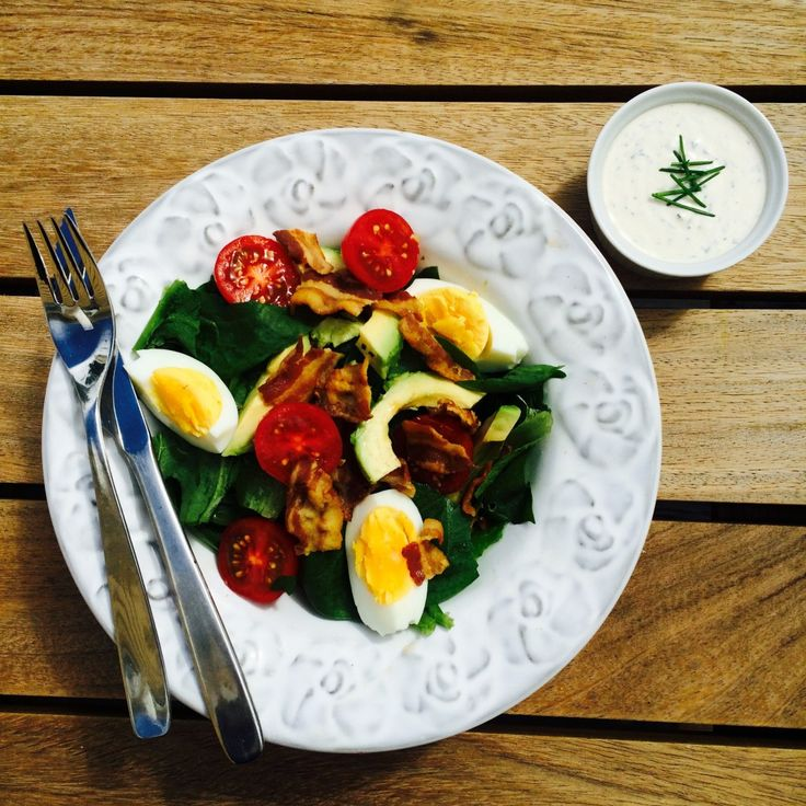 Spenatsallad med bacon, avokado och Ranch dressing