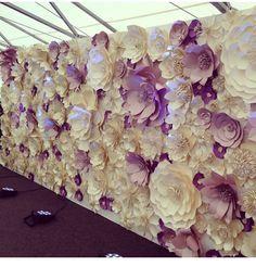 Muros de flores de papel, una de las tendencias decorativas de fondos para bodas. #DecoracionBodas