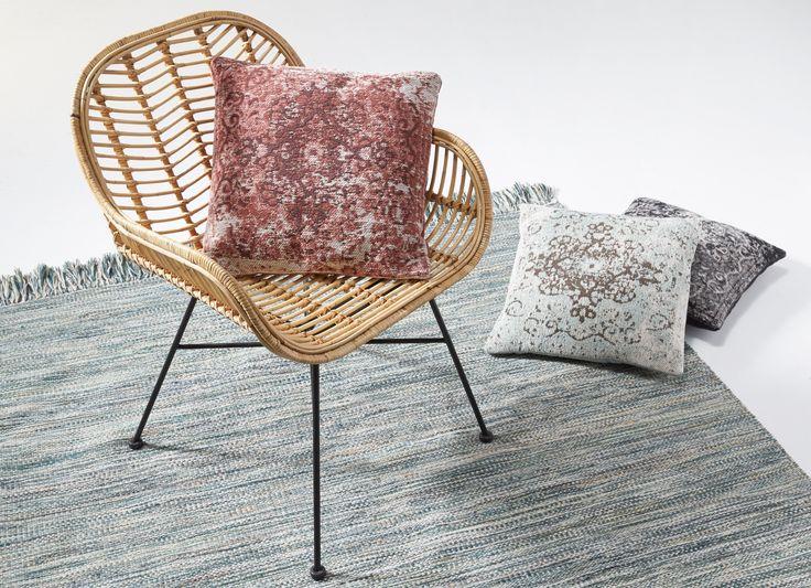 Maak een knus zithoekje met behulp van een mooi effen vloerkleed. Op die manier kader je de ruimte af #kwantum #vloer #vloerkleed