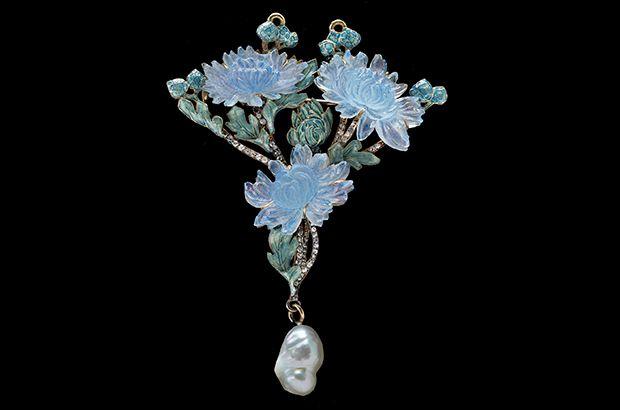 A circa 1900 Art Nouveau chrysanthemum pendant/brooch by Lalique
