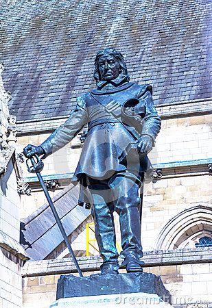 Estatua de Oliver Cromwell (1599 - 1658), quien fuera el líder político y militar más influyente de las filas parlamentarias durante las Guerras Civiles Inglesas. Actualmente en las afueras del palacio de Westminster, sede del Parlamento Inglés, fue realizada por el célebre escultor Hamo Thornycroft en el año 1899.