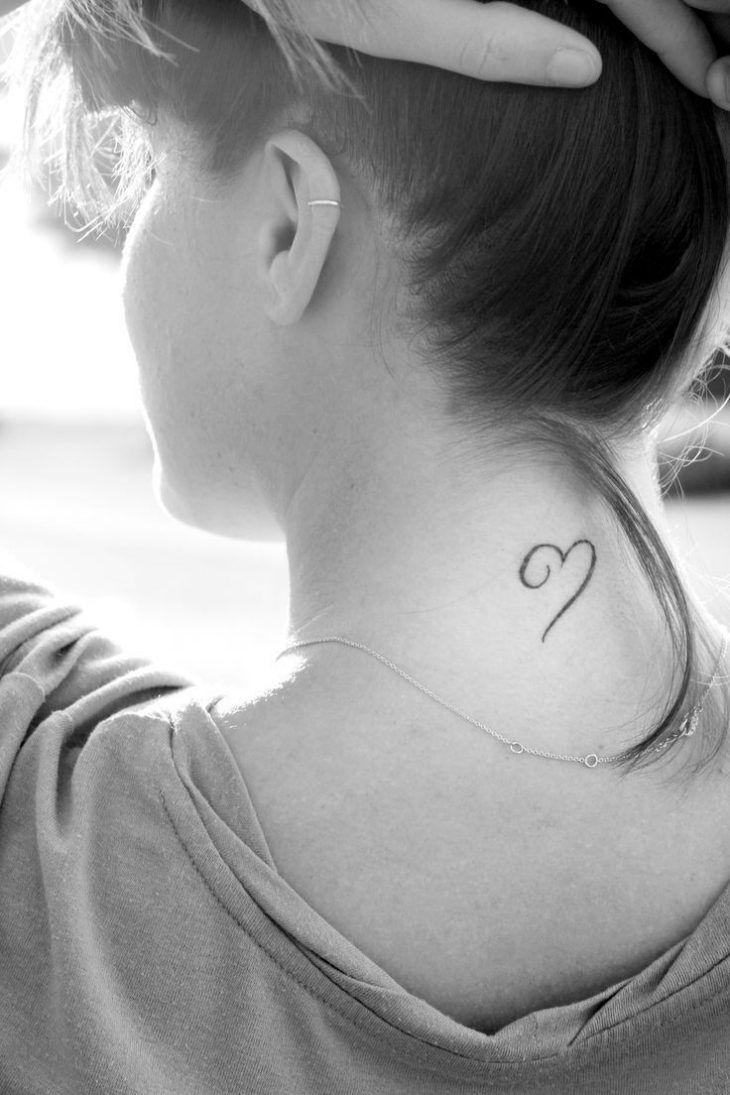 kleines Herz Tattoo am Genick mit unvollendeten Linien