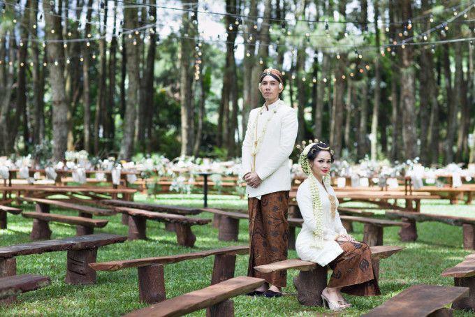 Javanese wedding ceremony | 71 Best Traditional Indonesian Wedding Moments | http://www.bridestory.com/blog/71-best-traditional-indonesian-wedding-moments