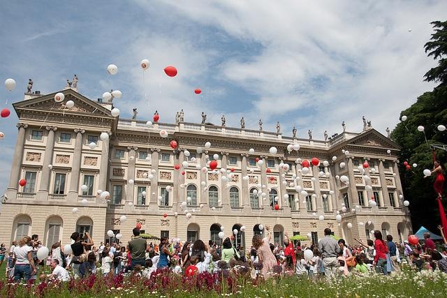 Il lancio dei palloncini I love Theodora, momento emozionante durante il quale centinaia di palloncini sono stati lanciati al cielo dai bambini presenti al pic nic.