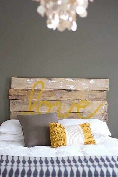 Tête de lit en lattes de bois