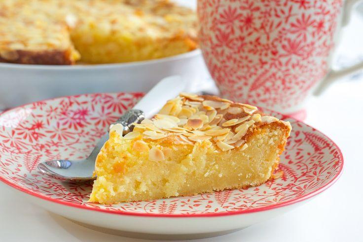 Åh denna kaka är underbar och sååå god! Den blir härligt mjuk och saftig av vaniljkrämen som man tillsätter i smeten. Den blir ännu godare dagen efter den har bakats, perfekt om man villförbereda fikat i god tid. Ca 12-14 bitar vaniljkaka Vaniljkräm: 6 msk snabbvispad marsanpulver (se bild) 4 dl mjölk 2 msk vaniljsocker Smet: 250 g rumstemprerad smör 4 dl socker 4 ägg 2 ½ tsk bakpulver 5 dl vetemjöl Garnering: 50 g mandelspån TIPS! Du kan smaksätta kakan med 2 tsk kardemumma eller 0,5 g…