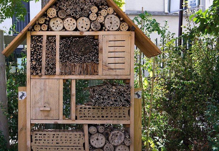 Домик для насекомых в саду.