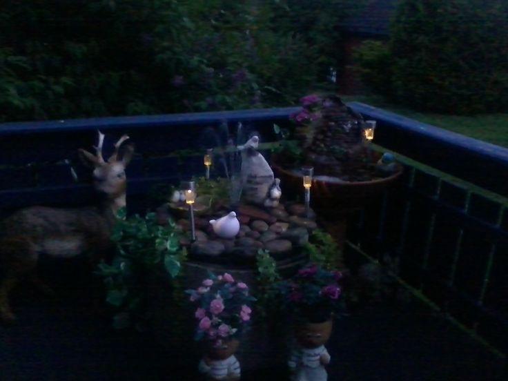 Vannfontener på terrassen. Pyntet med stein og solcellelamper.