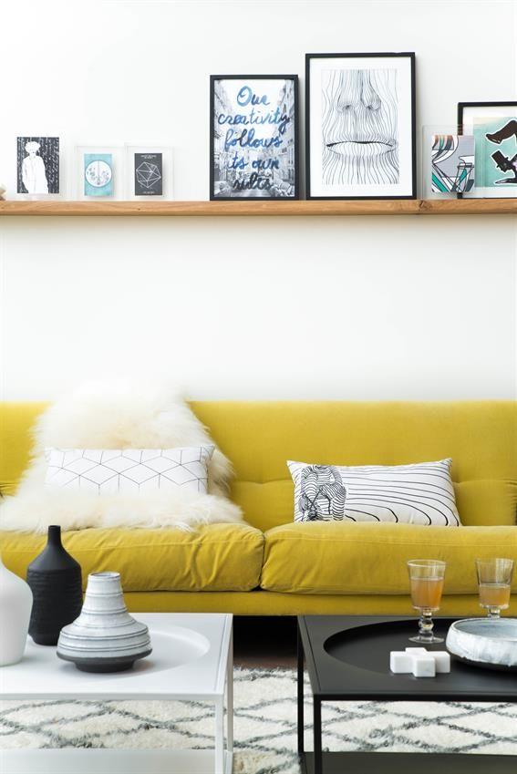 Grafische kussens op een gele bank - bekijk en koop de producten van dit beeld op shopinstijl.nl
