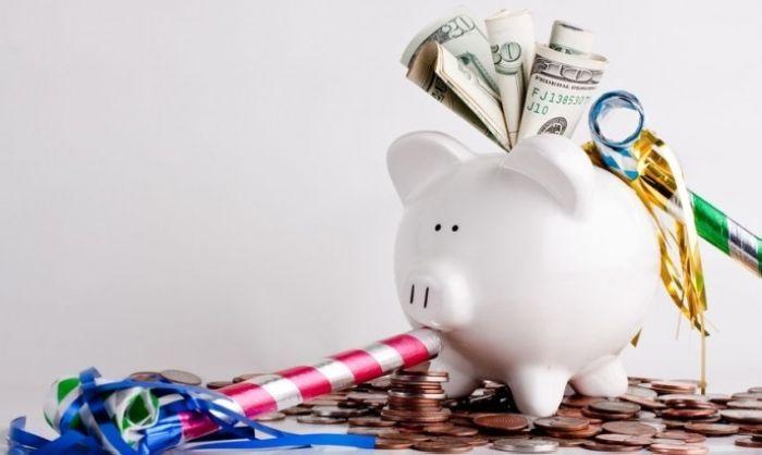 Tinere, iată cum să economisești bani! Nu pretind că sunt o expertă în educația financiară, însă consider că știu cum să-mi gestionezi veniturile și mai ales, am învățat să economisesc eficient banii. Avem la dispoziție enșpe mii de cărți de educație financiară și cursuri despre bani, afaceri, investiții, etc.. Primim sfaturi și unelte de a …