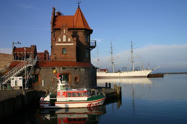 Der Stralsunder Hafen mit der Gorch   Fock im Hintergrund, Foto…