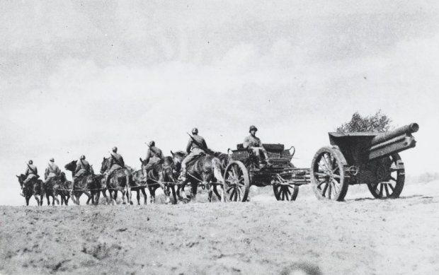 """Zwaar geschut """"15 lang 17"""", getrokken door een bespanning van tien paarden."""