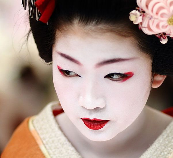 The geisha makeup is perfect for a theme party or for a special evening occasion. Pay attention to our tips and find out how to achieve a geisha look.