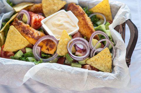 Nachosalaatti ja rapeat pikkufileet. Nachosalaatti on näppärä naposteluruoka. Voit lisätä salaattiin omia lempiaineksia maun mukaan.