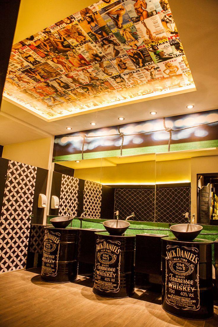 Barbearia Saloon - projeto poliana pinheiro - via blog almoço de sexta - banheiro com tambor e forro com revistas playboy