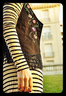 Chaleco de jean, intervenido con flores bordadas en hilo y terminación con flecos.