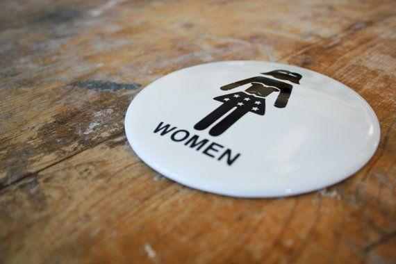 Se nella tua casa o nel tuo negozio ci sono donne che sono una meraviglia allora meritano un bagno che sia una meraviglia! Dedicale un cartello per toilette tutto per loro! NERD POWER! La placca è tonda e in ceramica con un diametro di 10 cm per uno spessore di 6 mm.  Siamo sicuri di quello che vendiamo, tanto da garantirlo per 50 anni! Resistente ai graffi, al calore e ai raggi UV. Le nostre ceramiche sono davvero eterne!  Nella confezione è incluso un gancio adesivo per poter montare la…
