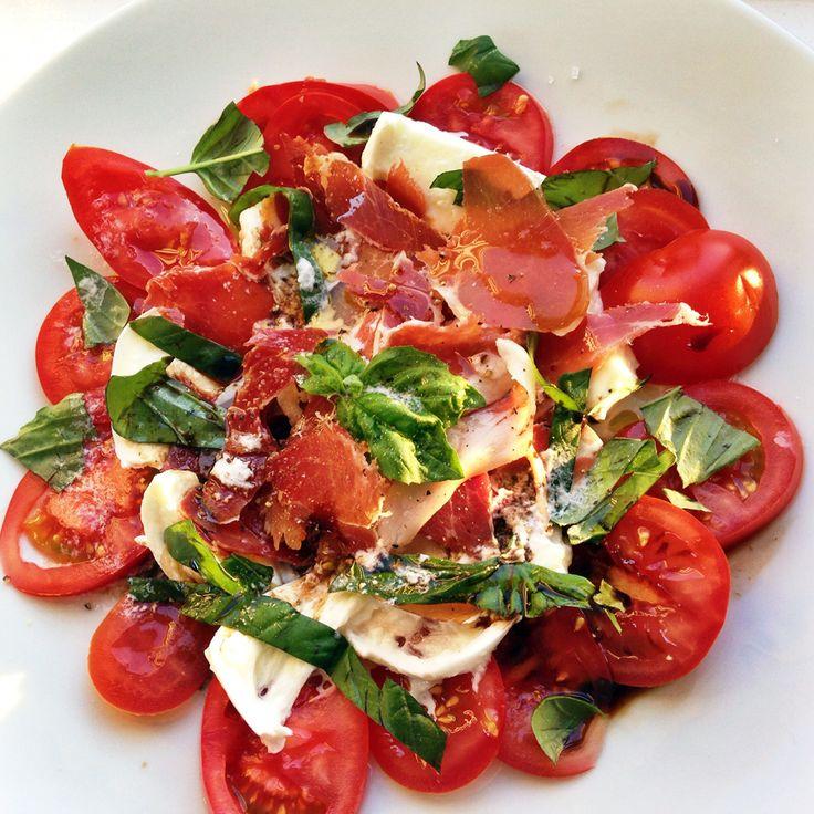 Een goddelijk en simpel recept voorSalade Caprese met een culy twist. Snijd de mozzarella en tomaten in plakjes en snijd de basilicum in reepjes (houd 2 blaadjes over voor de garnering). Scheur de ham in stukjes of repen. Maak je bord op door plakjes tomaat en mozzarella af te wisselen, met daarop of tussen de […]