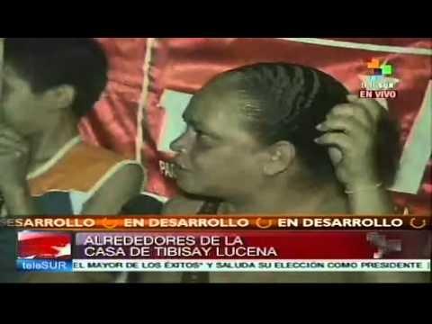 Grupos opositores radicales hostigaron las casas de la presidenta del Consejo Nacional Electoral (CNE), Tibisay Lucena, y de los padres del exministro de Comunicación e Información y miembro del comando de campaña Hugo Chávez, Andrés Izarra. Mientras tanto, el corresponsal de teleSUR, William Parra, reportó desde el noreste de Caracas que ''hay ...
