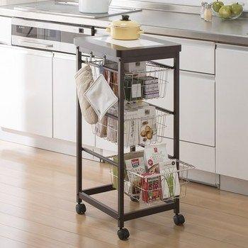 収納が足りないときは、ワゴンの力を借りて。簡単に移動ができるのもコンパクトなキッチンにはうれしい。