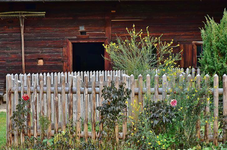 Jard n con zonas delimitadas con traviesas de madera cierres muros jardines y muros - Cierres de jardin ...