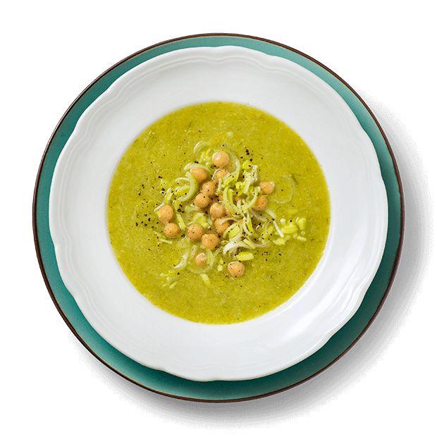 Purre- og kikertsuppe er en rask, god og sunn middag. Og denne er like enkel å lage som posesuppe. Oppskrift på suppe med purre og kikerter.
