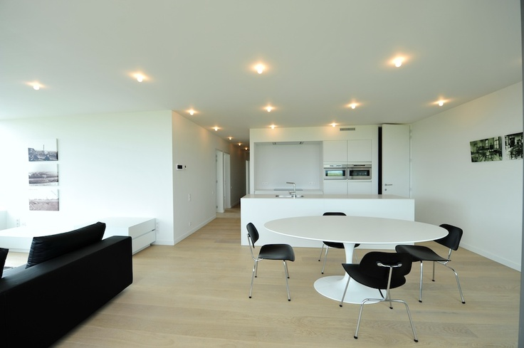 Een strak modern interieur vlakbij de zee is een van de mogelijkheden die Vanhaerents biedt met Militair Hospitaal Oostende (MILHO). Dit deel van het project heet Armada en bevat verscheidene mogelijkheden van duplex, appartement tot volledige woningen.