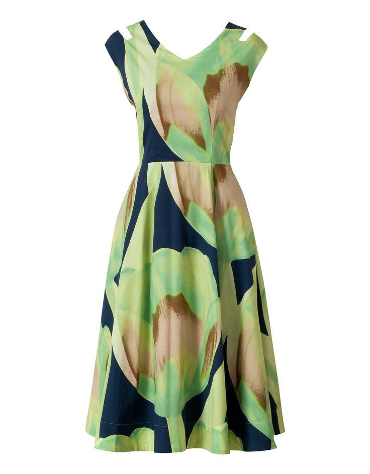 Elegante jurk met vrouwelijk silhouet gemaakt in Italië. Met bijzondere dubbele banden en royale wijd-uitlopende rok. Gemaakt van een heerlijk soepele mix van materialen met een fijne voering. De handgeschilderde Oilily-print is een surrealistische uitvergroting van een tulp. Bij maat m is de jurk 114,5 centimeter lang.