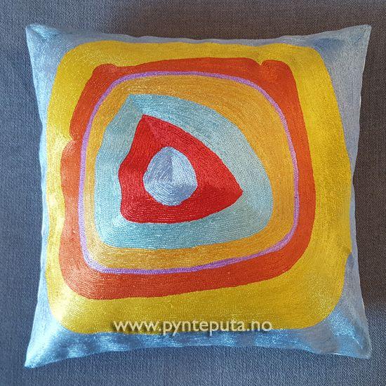 Pyntepute - Ellipse Silke 3. Denne pynteputen er en av tre puter i en serie som er inspirert av kunstneren Kandinsky. Det abstrakte uttrykket og bruken av spennende farger, skaper en spennende detalj i interiøret ditt. Fargene som er brukt er gul, rustrød, lilla, mellomblå og lyseblå. Putetrekket er laget av silke og bomull brodert på bomullslerret. Fra nettbutikken www.pynteputa.no #pyntepute #pynteputer #pynteputa #farger