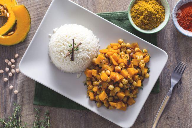 Il curry vegetariano con zucca e ceci è un piatto unico molto ricco e speziato, ideale per un menu autunnale.
