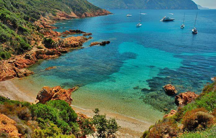 La Corse regorge de beauté. Cette petite ile au sud de la France présente une végétation verdoyante, des plages dorées et une culture hors du commun. Découvrez Bonifacio, la ville qui surplombe la mer, faites un pèlerinage Napoléonien à Ajaccio et visitez l'extraordinaire réserve naturelle des iles Lavezzi !