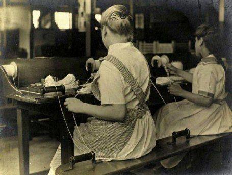 Kaarsenmaaksters Gouda  Kaarsenmaker:  Als ik uit mijn raam kijkt, kijk ik op de kaarserij De Gouda Kaars.  Al sinds 1858 worden hier de Gouda Kaarsen gemaakt. Kaarsen, die bekend staan om hun mooie brandkwaliteit.   De kaarsenfabricage maakt in de 19e eeuw een grote ontwikkeling door, die begon met de ontdekking van stearine.  Tegenwoordig fungeren kaarsen voornamelijk als sfeerverlichting, maar gedurende de Middeleeuwen en de Gouden Eeuw was de kaars de belangrijkste vorm van kunstlicht.