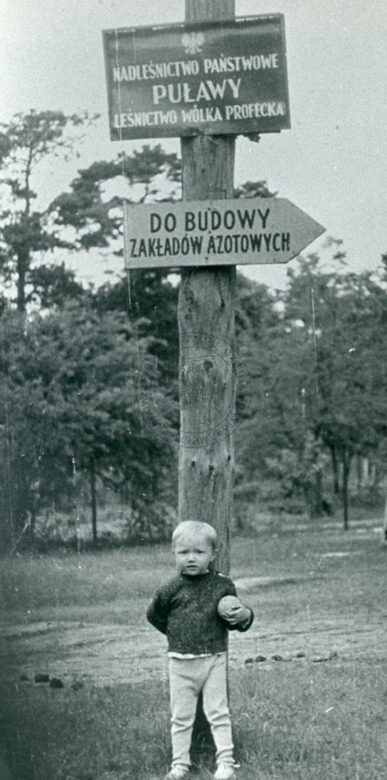 zdjęcie autorstwa Bogdana Szewczyka, które otrzymało III nagrodę na konkursie fotograficznym zorganizowanym z okazji 80. lecia nadania Puławom praw miejskich; otwarcie wystawy miało miejsce 21 listopada 1986 r.