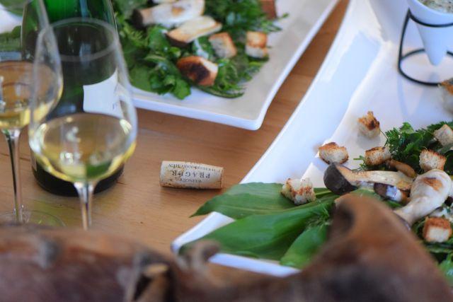 Skrei und Bärlauch - saisonal Skrei und Bärlauch, weil saisonal. Aber auch andere Kräuter als Bärlauch: Dill, Petersilie, Kerbel, Estragon, Rucola und Spinat. Und Skrei knusprig auf der Haut gebraten. Dazu gibt es Kerbel-Mayonnaise und eine Kräuter-Seitling-Sauce.  Rezept mit Zutaten und Zutatenmengen!