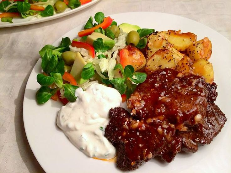 Klistrede barbecue-nakkekoteletter, sprøde kartofler, salat og hvidløgsdressing med smæk på