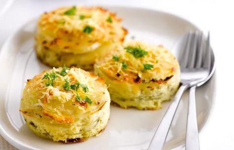 Bereiding Verwarm de oven voor op 160°C. Was de aardappelplakjes niet, het zetmeel dat erop zit zorgt ervoor dat de plakjes mooi aan elkaar blijven plakken. Meng de room met de melk en klop de eieren eronder. Voeg de verse kruiden, look en sjalot toe. Breng op smaak met nootmuskaat, peper en zout. Vul de dresseerringen met laagjes aardappel, een lepel van het beslag en de Parmezaanse kaas. Herhaal tot de ringen helemaal gevuld zijn en eindig met een laagje Parmezaanse kaas. Bak 35 minuten…