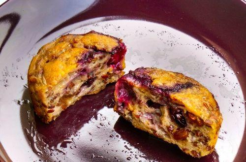 A minap egy amerikai oldalon találkoztam egy ehhez hasonló egészséges muffin recepttel, amihez alig kell liszt, semmi tojás, és a háromnegyede gyümölcsből van. Teljesen fellelkesültem,mert imádom az édességet, de az ember azért ott spórol a kalóriákon, ahol tud, ugye. Pár órával később, amikorkivettem a sütőből, és...