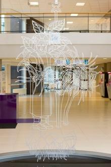 Over het kunstwerk All is Well.   Het werk bestaat uit een spiegelende vijver (met een diameter van 4 meter) met zwevend daarboven zes roestvrijstalen figuren (elk ongeveer 2,5 x 1 meter). Iedere figuur verwijst naar een ander botanisch element, en alle figuren hangen boven de vijver zonder het water te raken.
