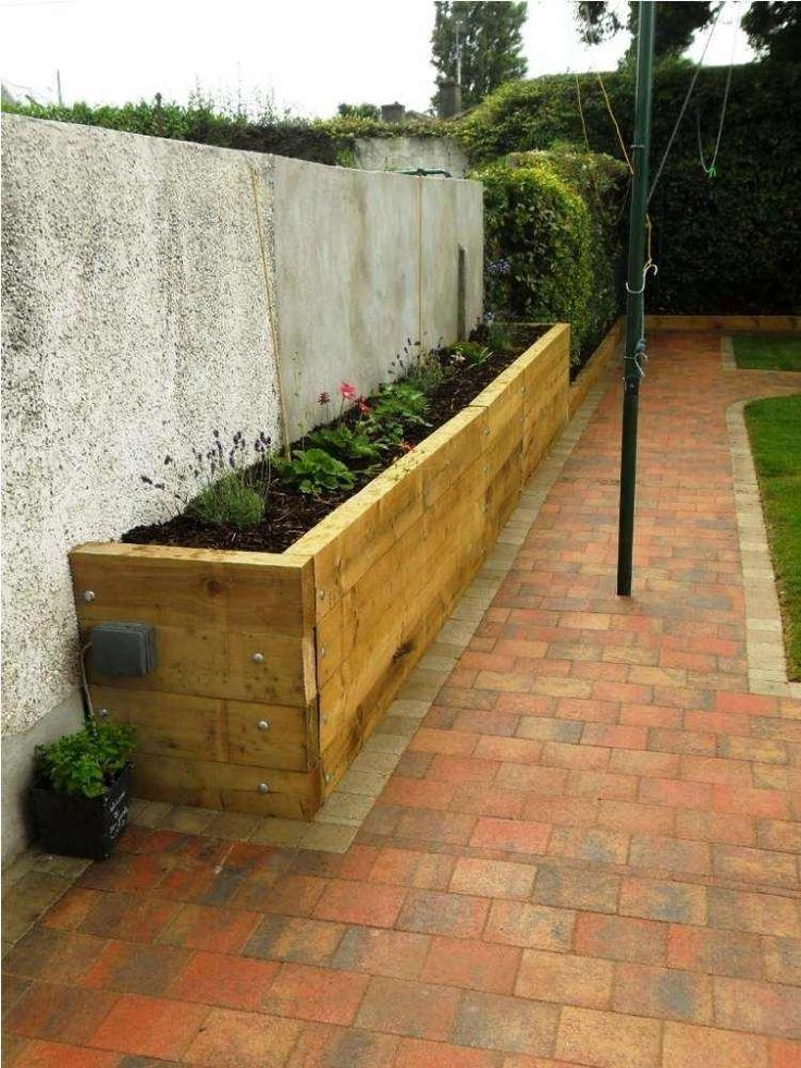 bac-fleurs-bois-DIY-lattes-bois-terrasse-pavé-clôture-béton